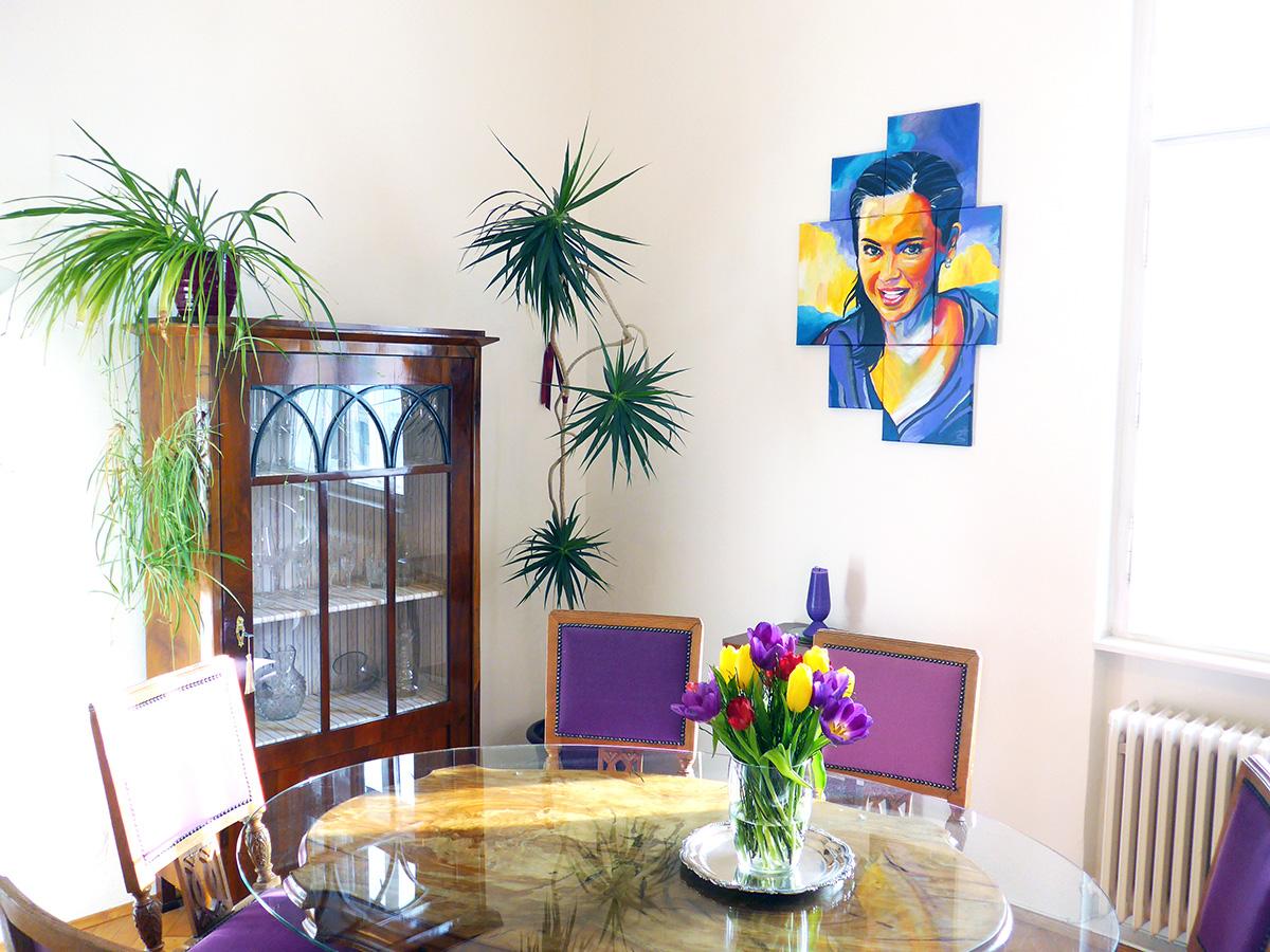 Im Wohn-Esszimmer leuchtet es aus jeder Ecke. Farben, sowie Blumen sind für Marion sehr wichtig.